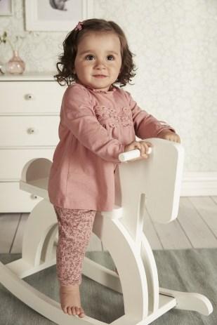 Mała dziewczynka w ubrankach Newbie
