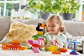 dziecko bawiące się zabawkami ze sklepu smyk