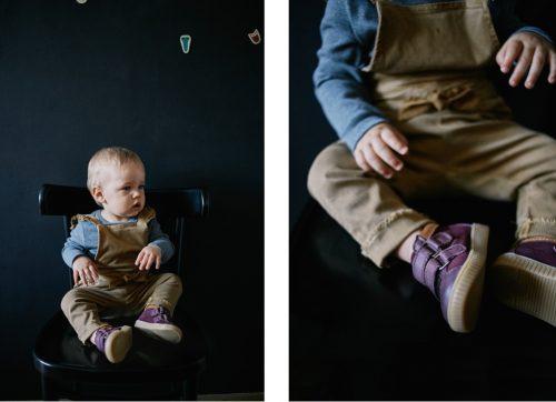 Buty marki Mrugała na nogach małego dziecka.