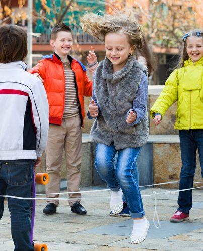 Dzieci w butach marki Deichmann