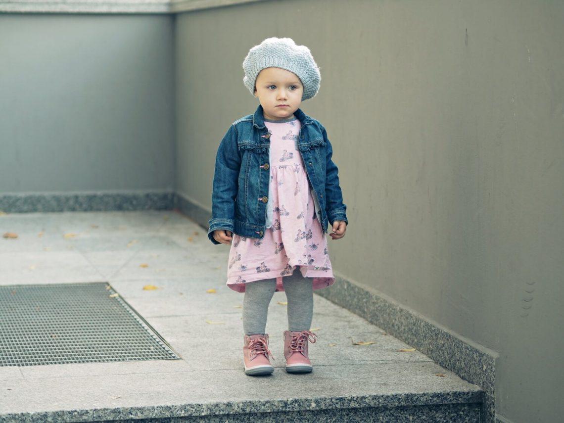 Dziewczynka w butach marki Deichmann