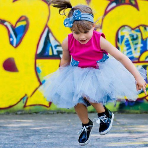 dziewczynka w butach marki emel