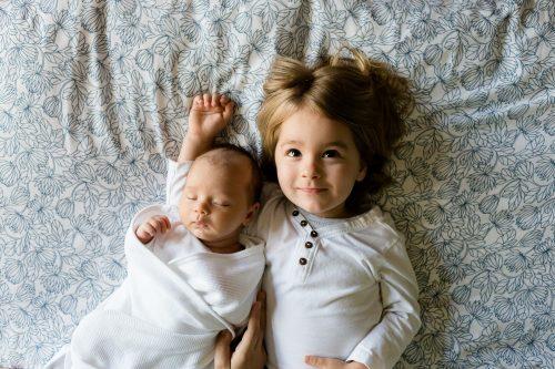 Dziewczynka i niemowlę w łóżku