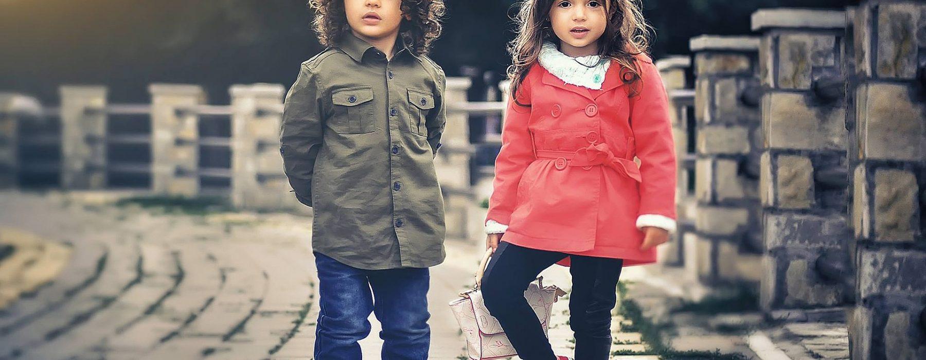 Dziewczynka i chłopiec w modnych ubraniach