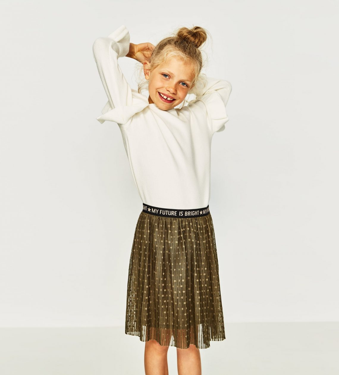 Mała dziewczynka w spódniczce ZARA