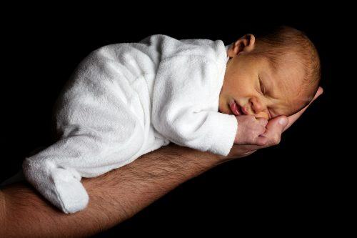 Sesja noworodkowa, dziecko na ręce