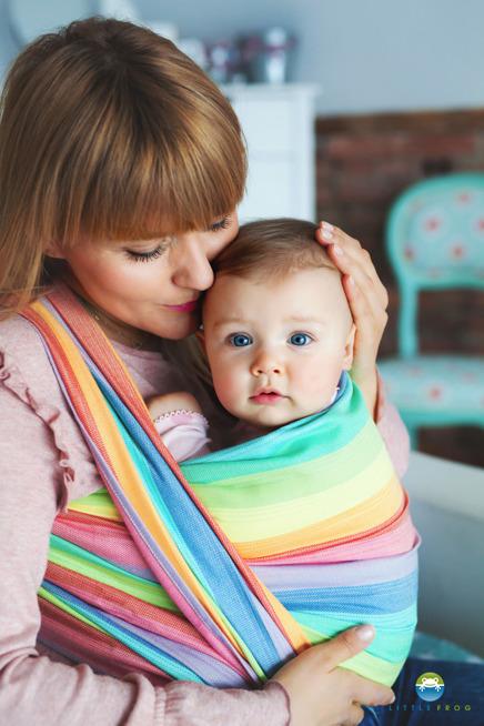 Kobieta z dzieckiem, trzyma dziecko w chuście do noszenia dzieci.
