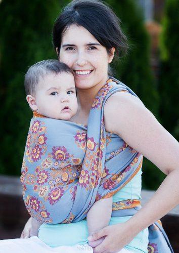 Kobieta nosząca dziecko w chuście
