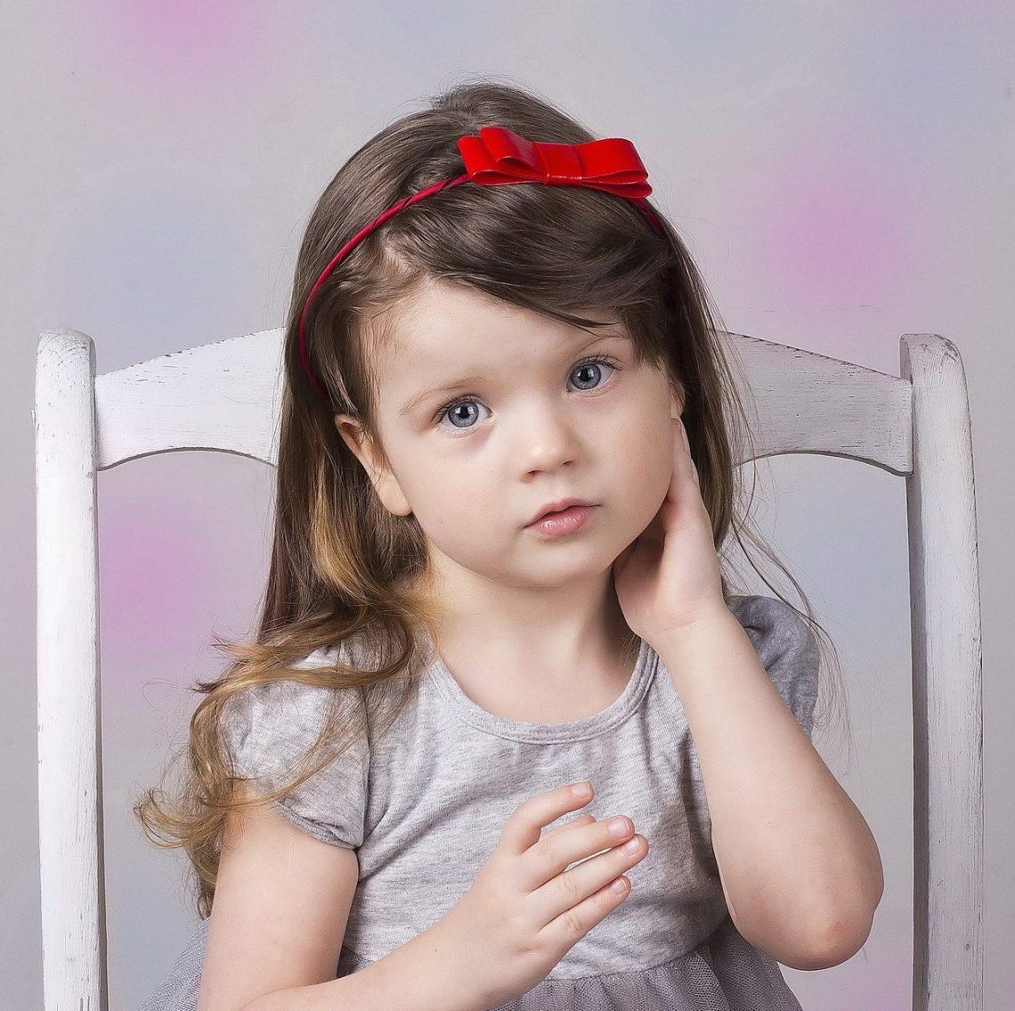 dziewczynka w opasce do włosów