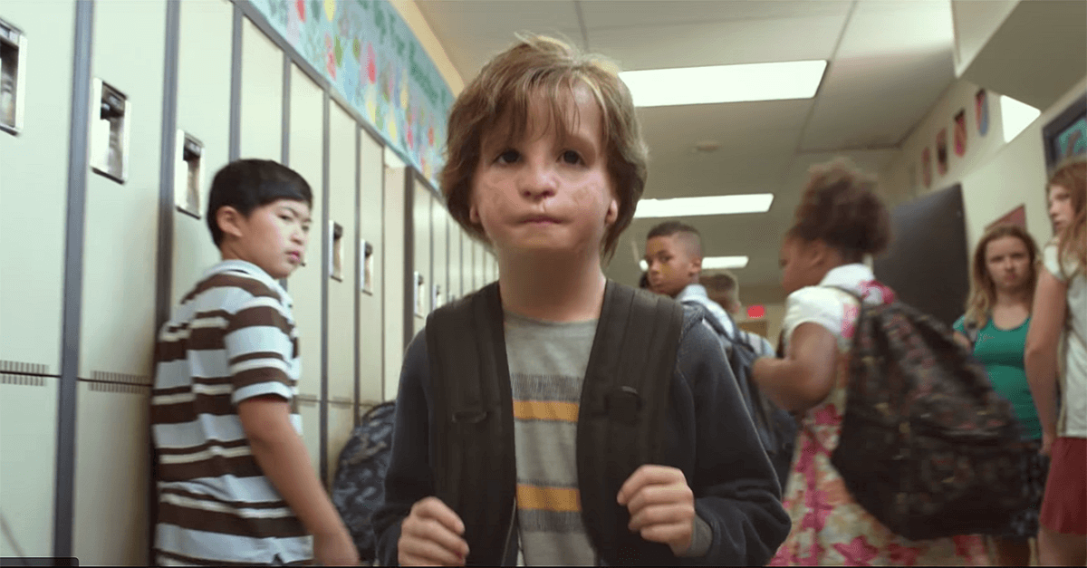 samotny chłopiec cudowny chłopak wonder hejt w szkole prześladowanie ofiara