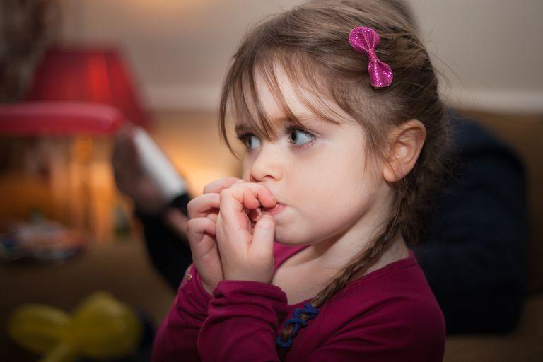 złe nawyki u dziecka dziewczynka obgryzanie paznokci