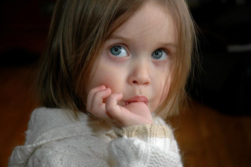 złe nawyki u dziecka dziewczynka ssanie kciuka
