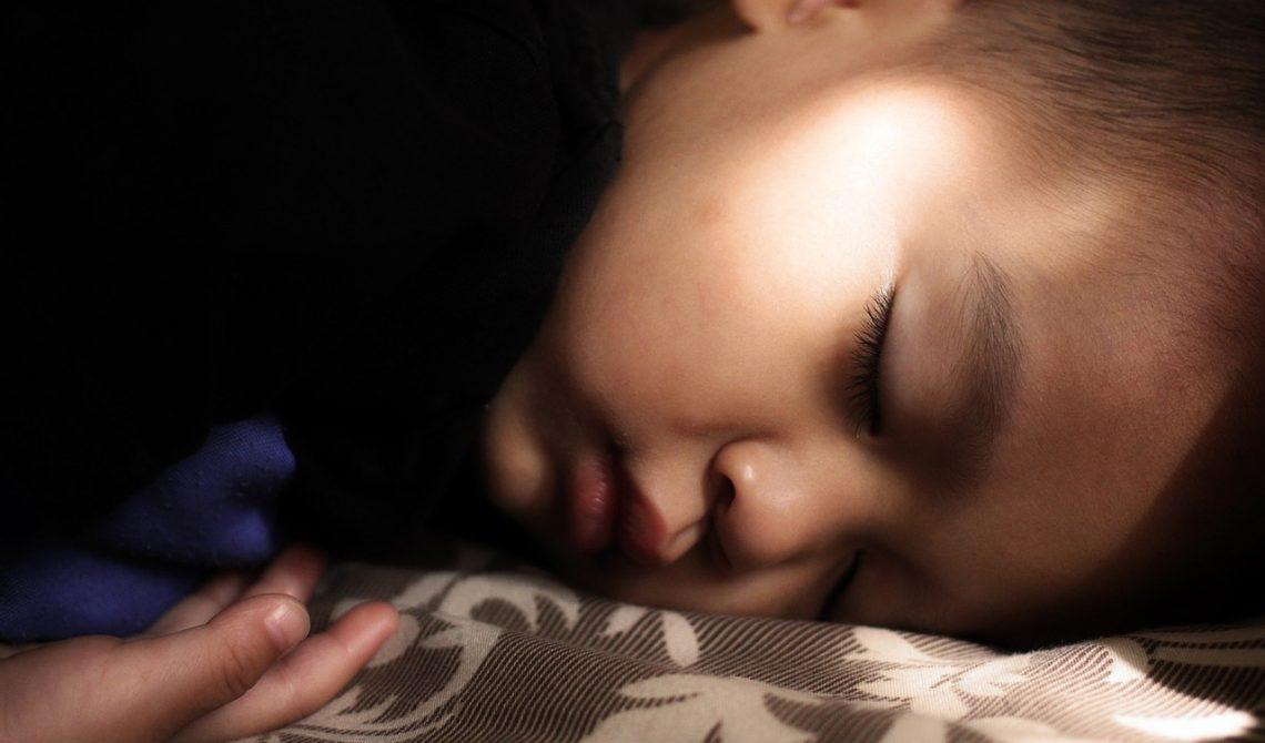 Jak położyć dziecko spać latem o właściwej porze?