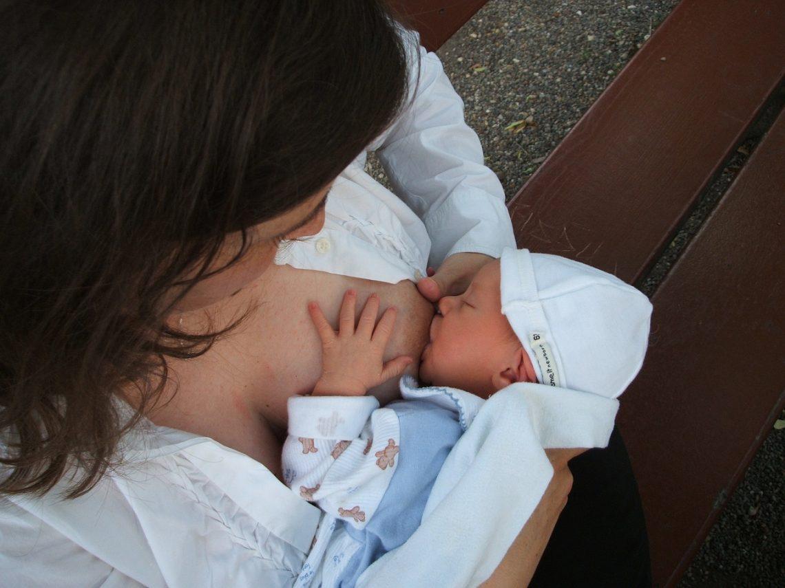 matka karmiąca dziecko karmienie piersią laktator