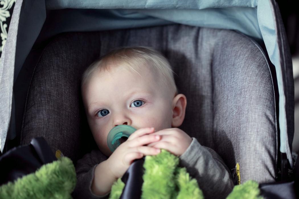 fotelik samochodowy dziecko w foteliku